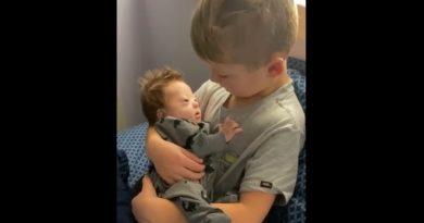 Chłopiec zaśpiewał swojemu choremu bratu. Nagranie podbija sieć