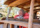 75-latek rozbiera dom, by zbudować łódź, w której chce zamieszkać do końca życia
