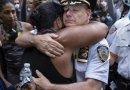 """Szef nowojorskiej policji uklęknął przed demonstrantami. """"Jesteśmy z wami"""""""