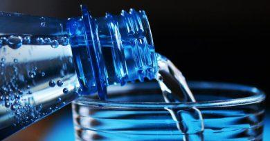 Latem pamiętaj o wodzie! Podpowiadamy jak sprawdzić poziom nawodnienia organizmu