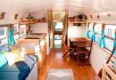 Sypialnia, wielki stół i drewniane panele. Para z Kalifornii przerobiła stary autobus na dom