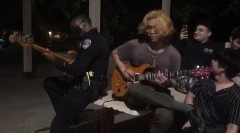 Policjant zagrał z grupą nastolatków, na których była skarga