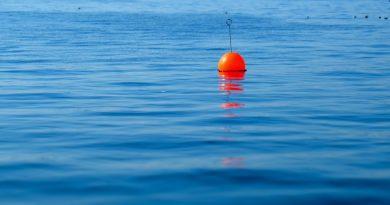Mężczyzna przez wiele godzin utrzymywał się na boi wędkarskiej na środku oceanu. Ocaliła mu życie