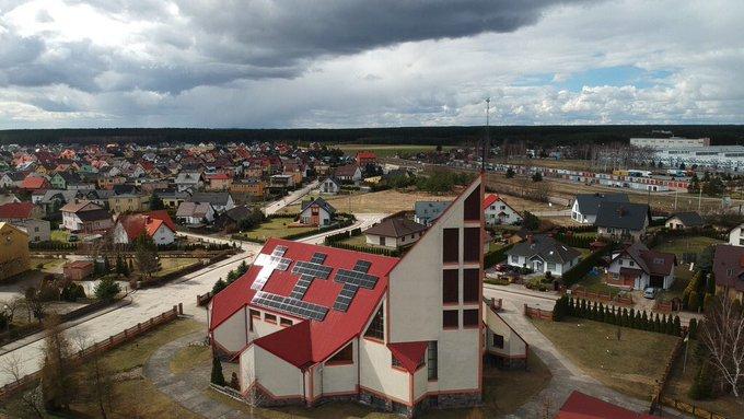 na dachu kościoła fotowoltaiczne krzyże