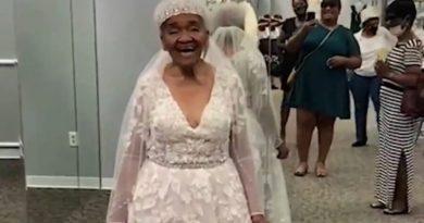 zakłada wymarzoną suknię ślubną