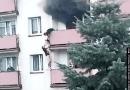 """Uratował chłopaka z płonącego budynku. """"Nie czuję się bohaterem"""""""