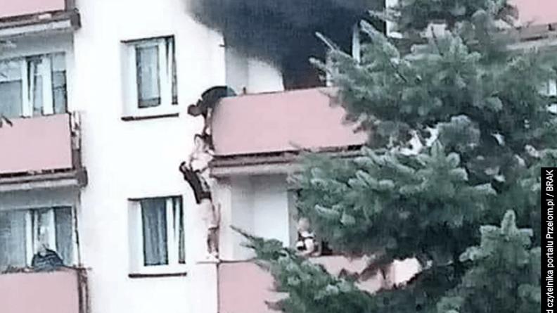 z płonącego budynku