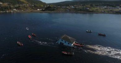 Aby uniknąć rozbiórki, przetransportowali swój dom po wodzie