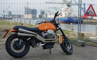 Moto Guzzi Scrambler 1100 urban vor Hafenabsperrung in Hamburg