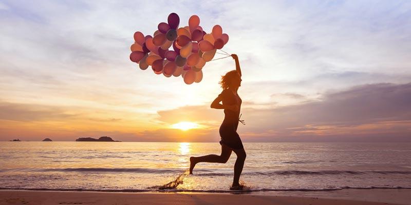 Concepto de felicidad corriendo en la playa