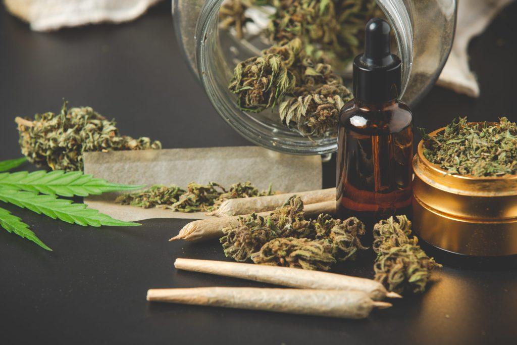 Tête de marijuana avec joints de marijuana et huile de cannabis