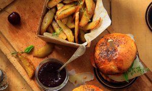 Burger fait-maison basque, frites maison et ketchup aux cerises noires