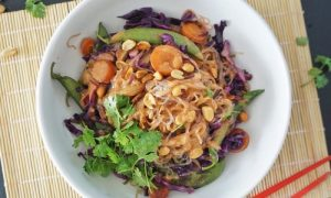 Vermicelles de riz sautées aux légumes, sauce aux cacahuètes