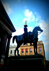 Duke of Welllington gets a gold traffic cone during Glasgow 2014