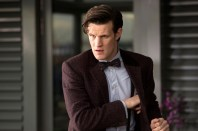 El Doctor mira preocupado.