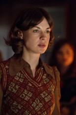 Jessica Rayne como Emma Grayling.