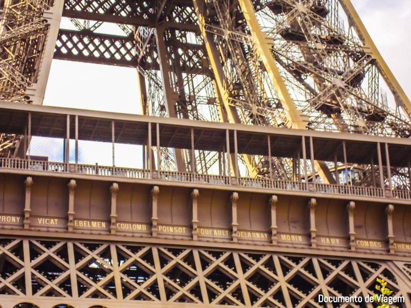 Como subir na Torre Eiffel
