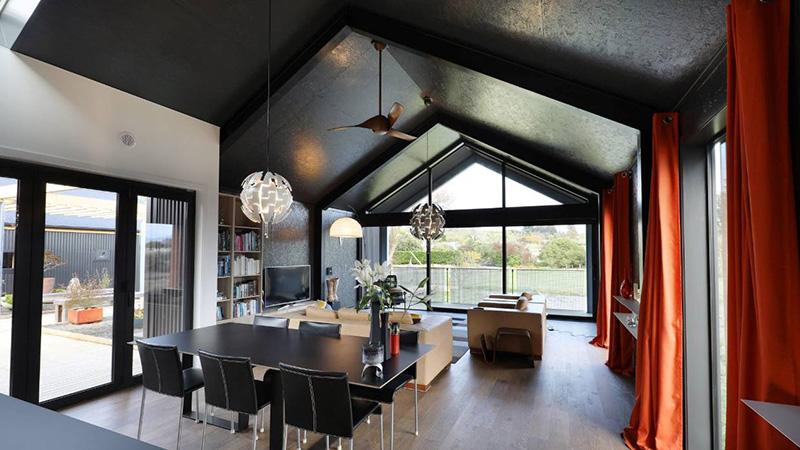decoração teto preto com pé direito alto