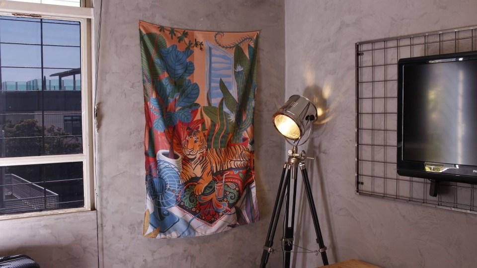 Ambiente com bandeira decorativa com estampa colorida