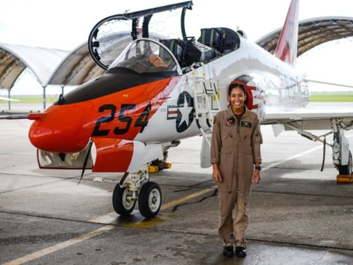 Madeline Swegle devient la première femme pilote de chasse noire de la marine américaine en 110 ans d'histoire