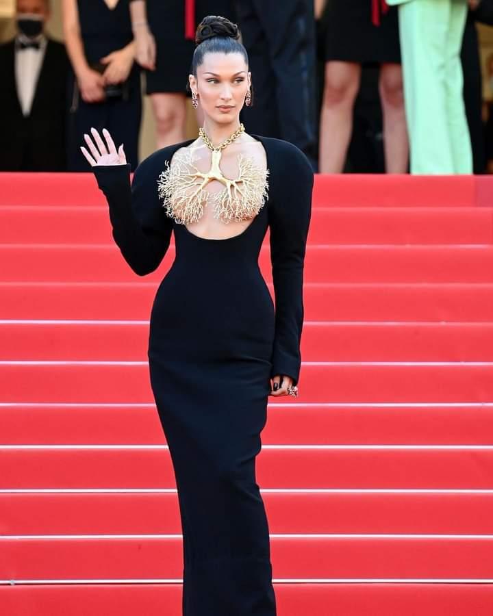Bella Hadid, renversante sur les marches de Cannes