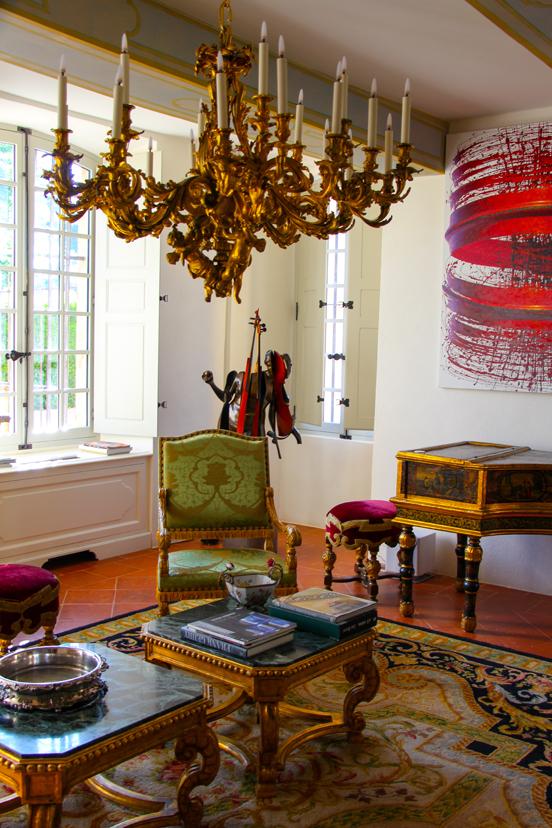 En el salón, arte moderno y obras del barroco.