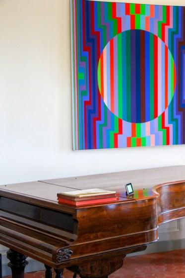Antiguo Steinway & Sons y obra de arte contemporáneo.