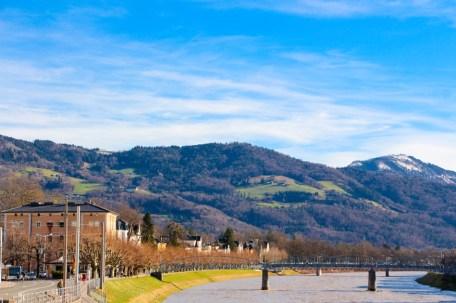 Vistas desde uno de los puentes del río Salzach.