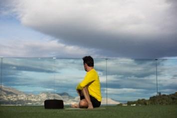 Durante mis asanas en la terraza del SHA con vistas al mar.