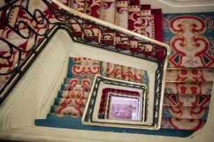 Suntuosa escalera de metros y metros de alfombras tejidas a mano.