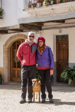 Pareja de dog friendly travelers.