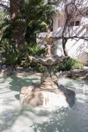 Una de las fuentes de los jardines.