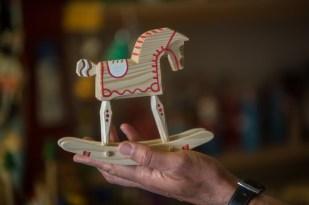 The rocking horse, el juguete más tierno, no así su propietario. Está hecho a mano por un artesano del país.