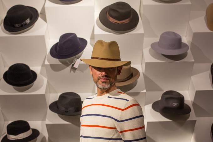 Eligiendo sombrero en Tonak.