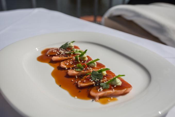 Sashimi de salmón estilo checo.