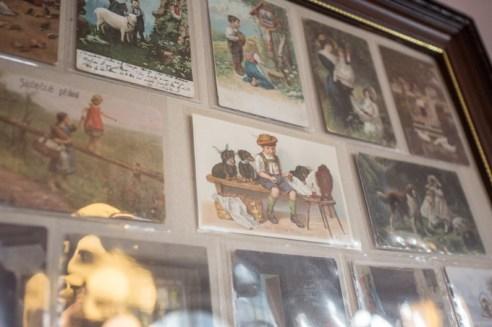 Tarjetas vintage, algunas con perros, decoran la chocolateríaa.