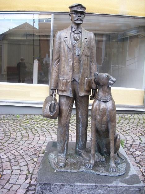 Escultura de Axel Munthe con uno de sus fieles compañeros en la ciudad Oskarshamn (Suecia).