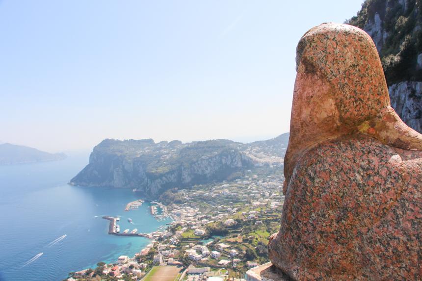 En el mirador de Villa San Michele, la esfinge contempla el Golfo de Nápoles y al puerto de Capri.