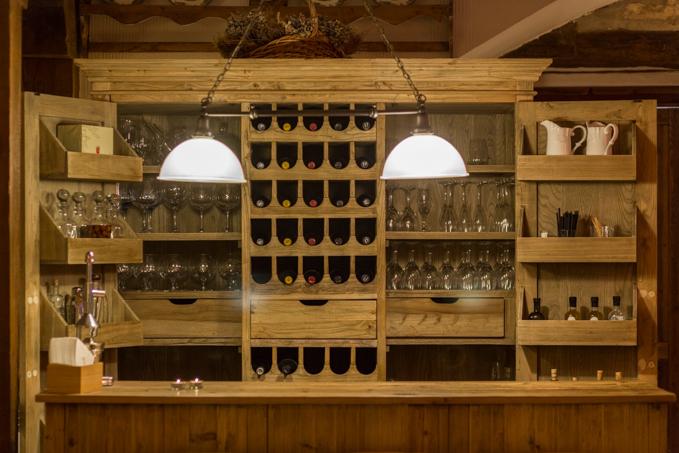El salón principal cuenta con un estupendo mueble bar de madera.
