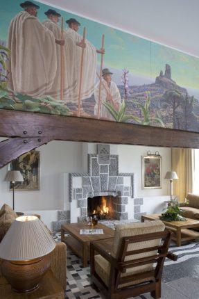 Mural estilo Rivera, chimenea. Un espacio para disfrutar.