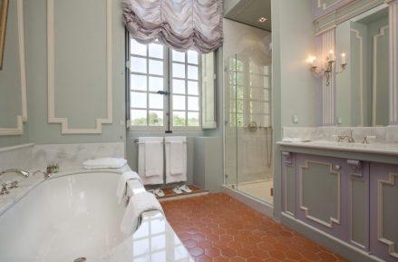 Baño de la suite Augustin Pyrame de Candolle, el suelo de terracota es el original, tiene una vistas maravillosas al jardín.