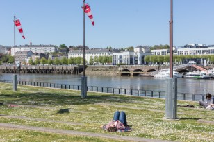 Mirando al río, Instalación de mangas de viento, estas tienen bombillas en su interior.