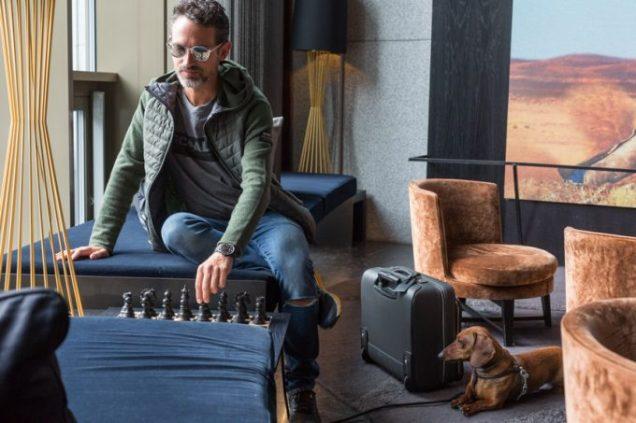 En el lobby del hotel THE THIEF jugando al ajedrez en compañía de Eros.