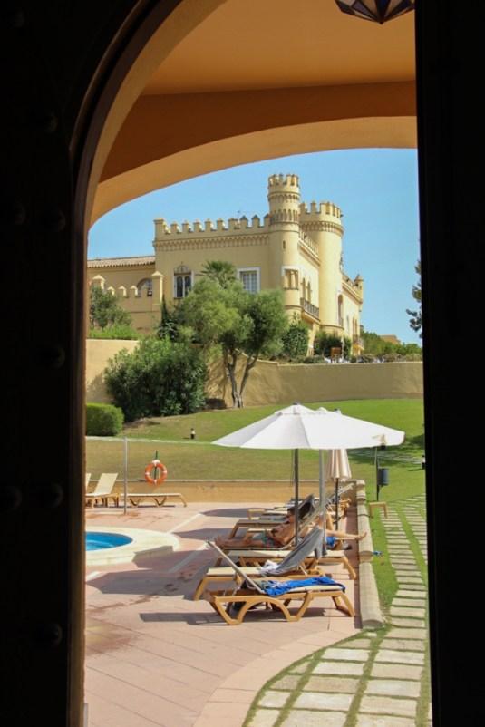 Vistas del castillo y la piscina desde el SPA.