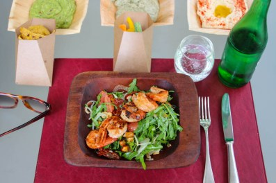 Ensalada Shrimp: rúcula, langostinos grillados, gajos de cítricos, tomates deshidratados, hinojo y avellanas.