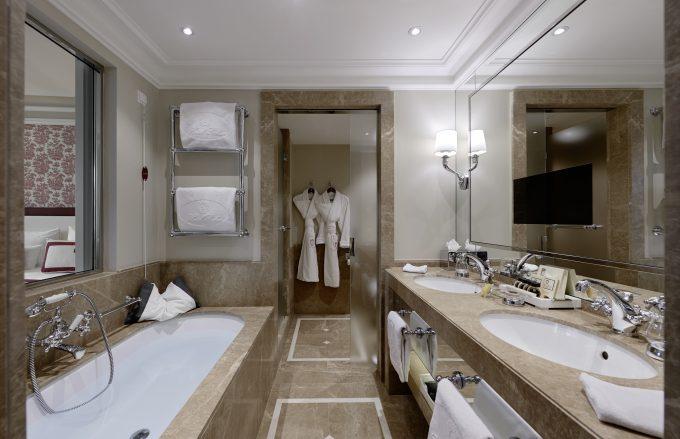 Baño, pantalla de televisión incorporada al espejo y vistas a la habitación, que se pueden anular.
