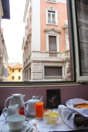 Mi desayuno con vistas a las calles de Roma.