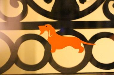 Detalle del logo de Casa Howard en una verja de la portería.