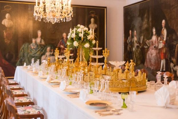 Comedor con la mesa puesta para los dulces, los austriacos son los reyes de la repostería. A la derecha, retrato de la familia imperial en compañia de uno de sus perros.