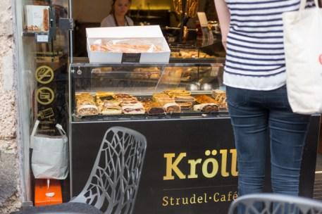 Pastelería con venta de Strudel en el exterior.